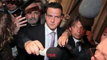 Rogue trader Jérôme Kerviel, centre, arrives at the Paris courthouse surrounded by reporters, Tuesday June 8, 2010. (THIBAULT CAMUS/AP Photo/Thibault Camus)
