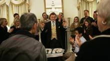 """Magician Steve Cohen, center, performs his """"Chamber Magic"""" show at The Waldorf Hotel Friday, Dec. 22, 2006 in New York. (Mary Altaffer/AP)"""