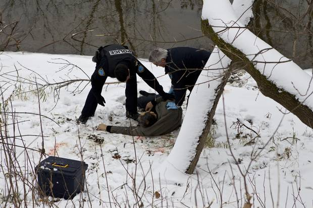Murder on the Assomption River in Montreal: Police investigate a murder scene and eventually identify the victim as Salvatore Montagna, a major crime boss.